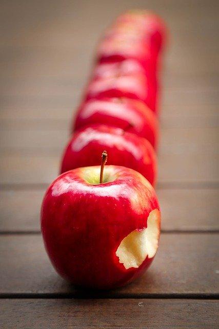 rangée de pommes à  croquer, morsure en forme de coeur