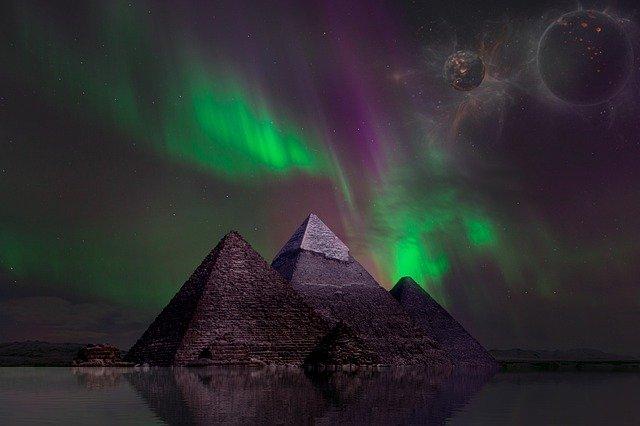 Pyramides sous aurore boréale